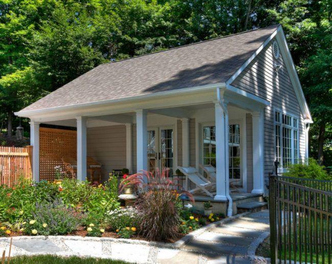 gartenhaus mit terrasse gartenweg-liegestühle-barhocker-treppen - garten pflanzen sichtschutz