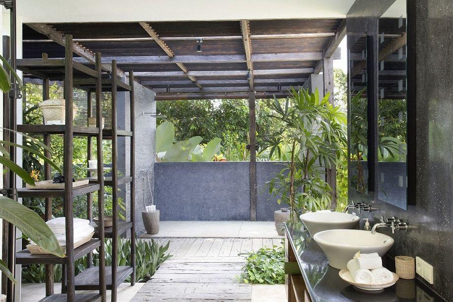 Salle de bain tropicale dans villa privée haut de gamme