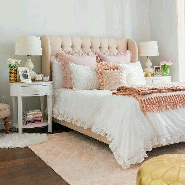 Aquela combinação clássica que não tem erro e deixa qualquer quarto aconchegante... Night night {pic via pinterest}  #cdaquartos #bedroomdecor #bedroom #bedtime #rose #blogcasadasamigas