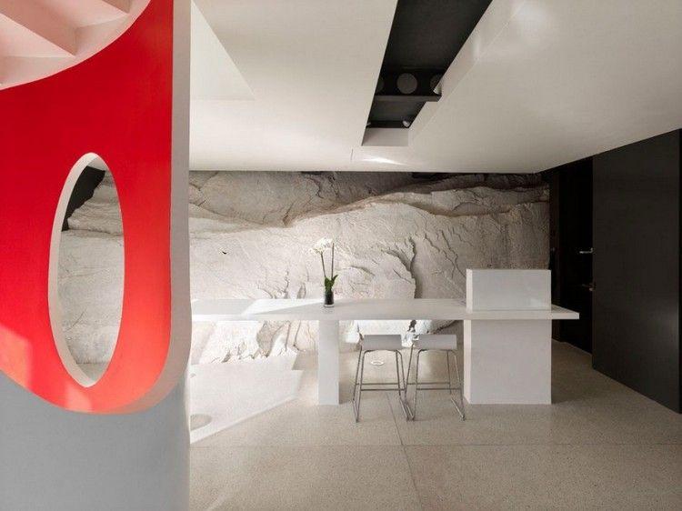 Escalier en colimaçon et murs en pierre dans une villa toscane - escalier interieur de villa