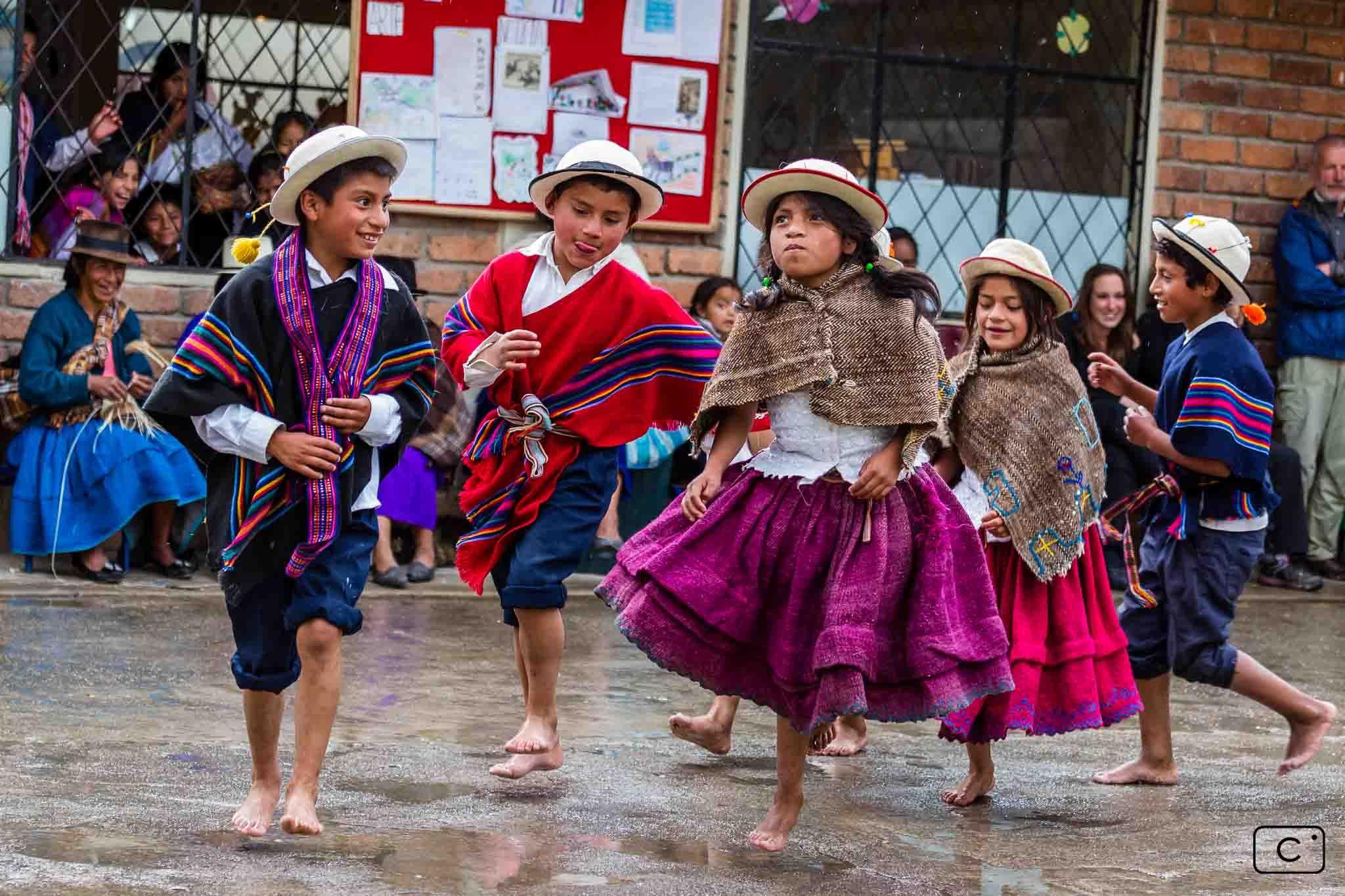 Danse folklorique andine par les enfants de la communauté de Bacpancel lors d'un voyage en mission