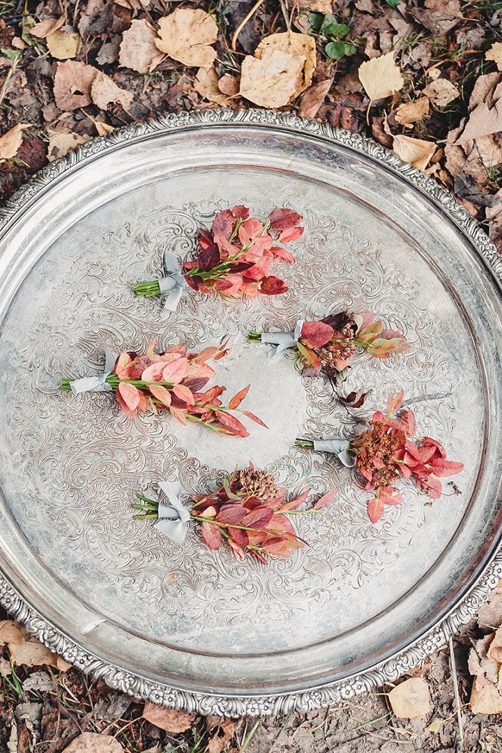 Autumn leaves for autumn boutonnieres | fabmood.com #wedding #autumnwedding #fallwedding #groom #bride #brideandgroom #weddinginspiration #filmwedding #fineartwedding #weddingphotography