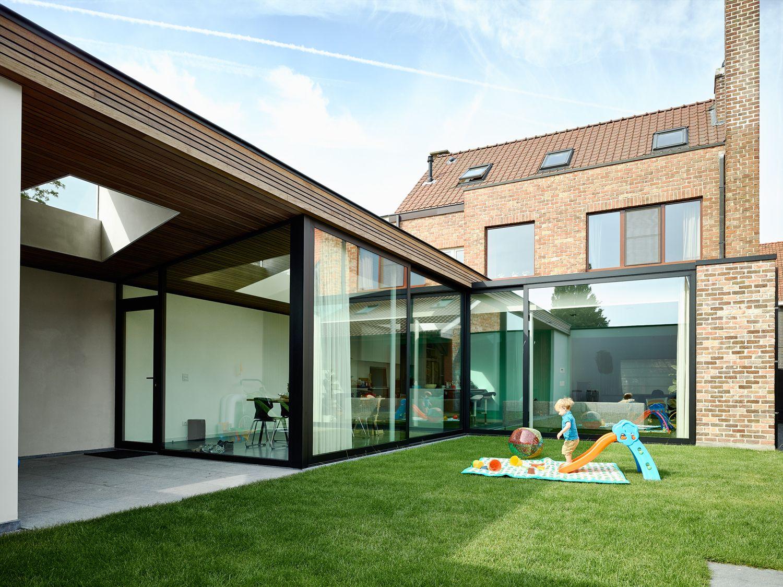 Uitbreiding Aan Huis : Een nieuwe glazen l vormige uitbreiding op een bestaande woning