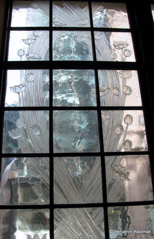 Vers 1911, la Maison de Parfums Coty commanda à René Lalique les fenêtres de son immeuble au 714 de la 5ème Avenue à New York, au décor de Coquelicots.