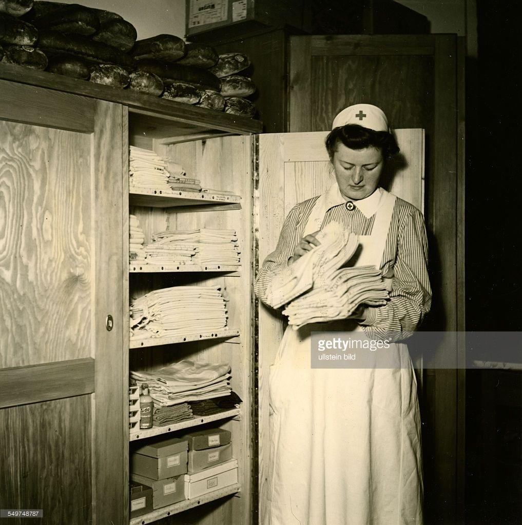 2 weltkrieg berlin drk helferin in der drk einrichtung for Vintage küchen