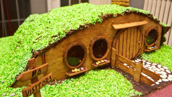 16 Gingerbread Houses to Feed Your Inner Nerd… i don't want a gingerbread house i want a gingerbread HOGWARTS More
