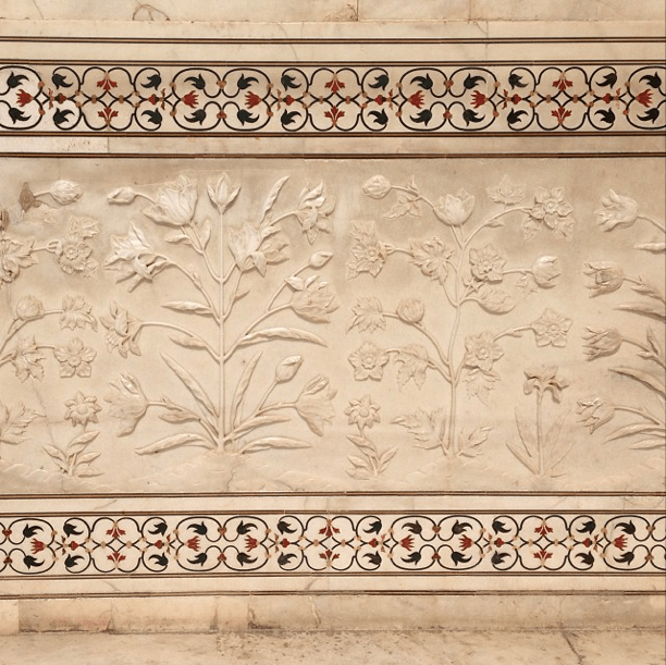 White Marble And Inlaid Borders From The Incredible Carved Mughal Flowers In The Walls Of The Taj Persian Art Painting Marble Inlay Designs Taj Mahal Interior