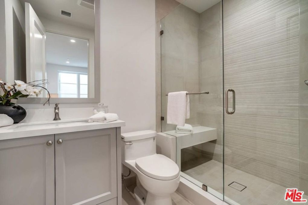 9714 Holcomb St Los Angeles Ca 90035 In 2020 Bathroom Margate Toilet