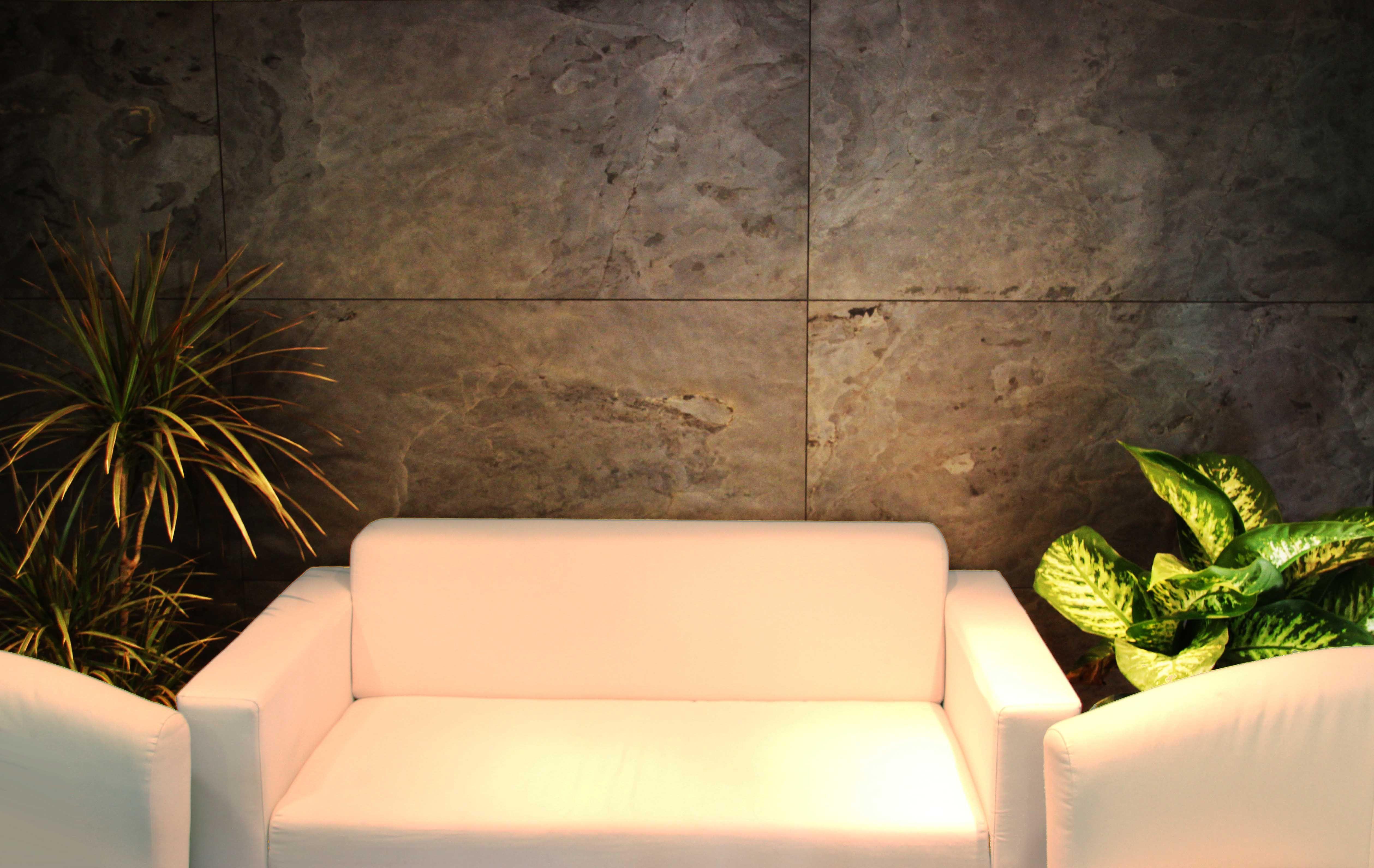 Pared de piedra natural con sistema Serastone para un despacho ...