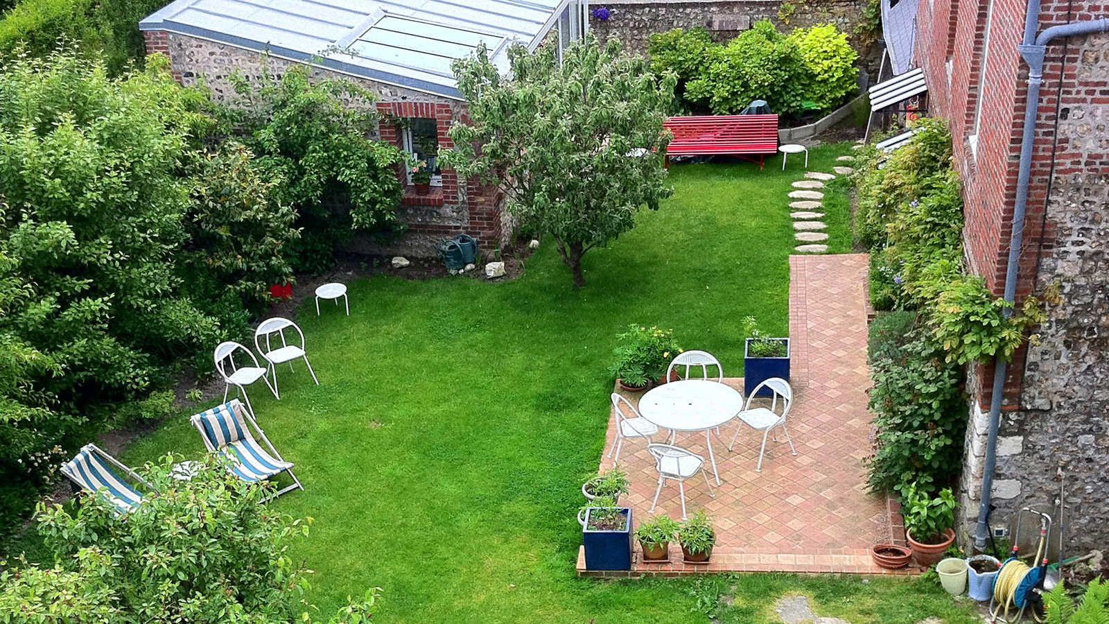 Le jardin the garden guesthouse chambre d 39 hote table - Chambre d hote couleur bois et spa ...