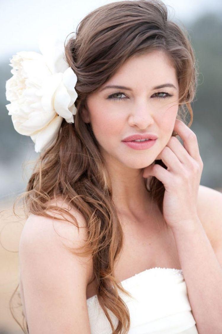 Brautfrisuren Seitlich Gesteckt Offen Grosse Blume Brautkleid