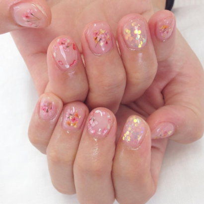 dried flowers a simple and romantic nail art trend to try