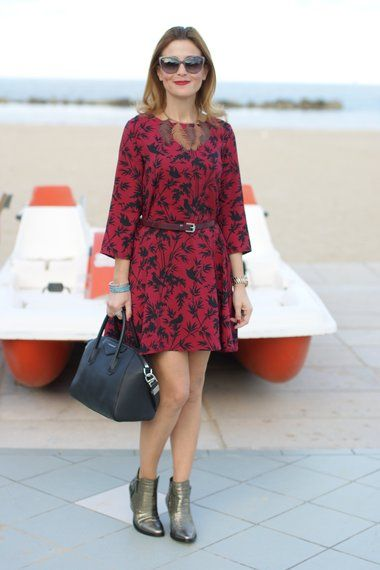A burgundy dress with autumn leaves for this fall outfit on www.fashionandcookies.com !