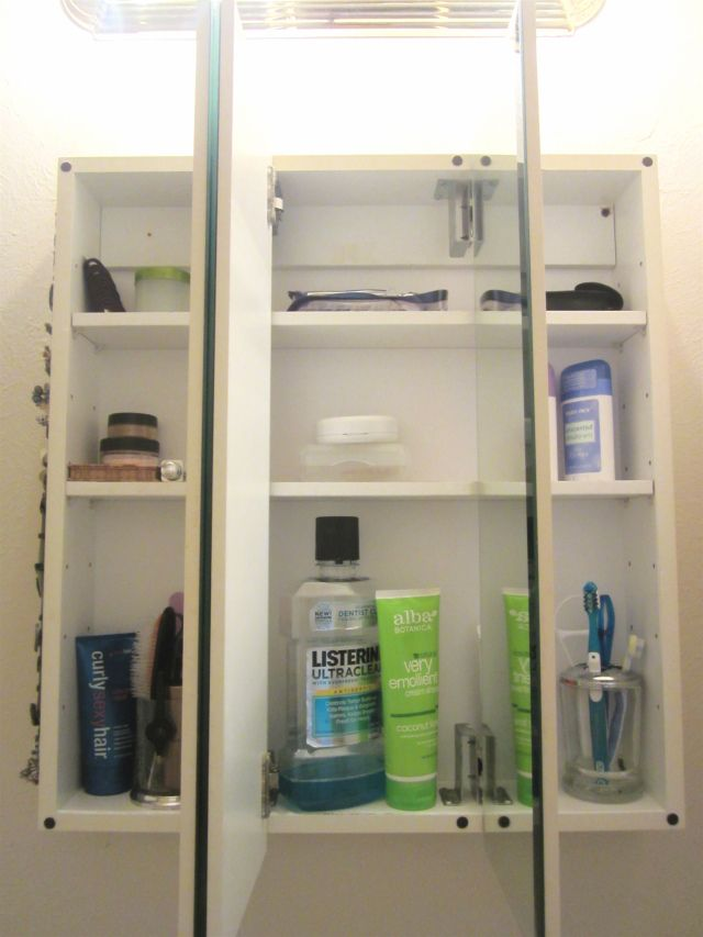 Check out this minimalist idea for organizing the tiny cupboard space in the bathroom.