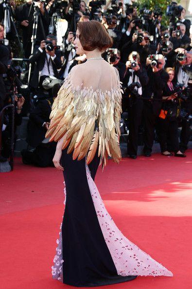 La modelo y actriz #LaetitiaCasta llevó un llamativo bolero de plumas doradas junto con un #vestido #ChristianDior de esta temporada.