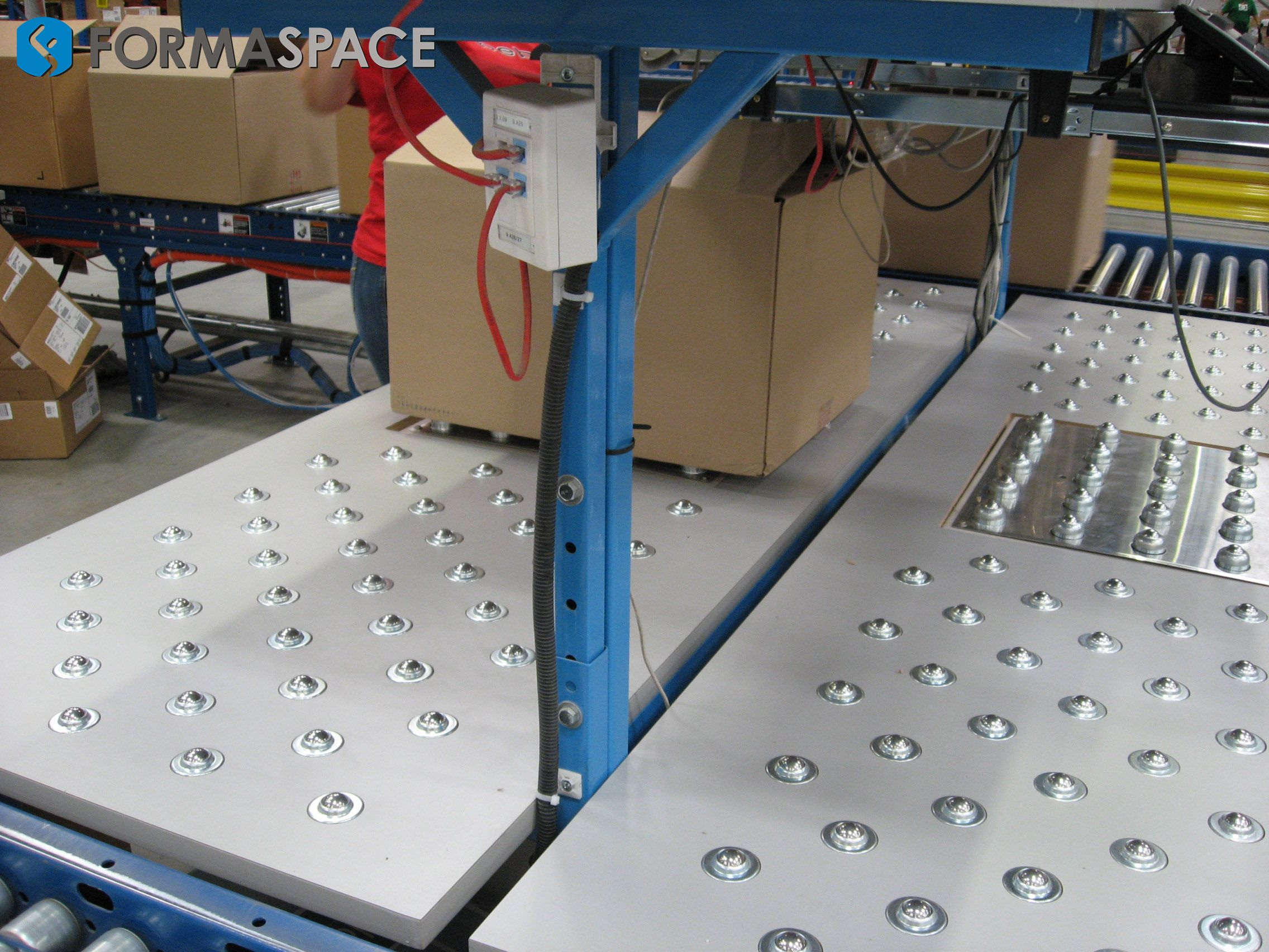 Roller Ball Scale In Workstation With Conveyor System - Formaspace