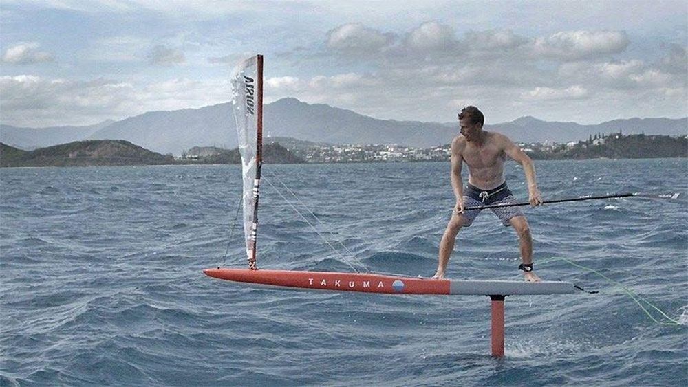 Cyril Coste Sur Un Stand Up Paddle Foil Avec Une Voile Foil Magazine Toute L Information Du Foil Ou Hydrof Stand Up Paddle Planche De Surf Planche A Voile