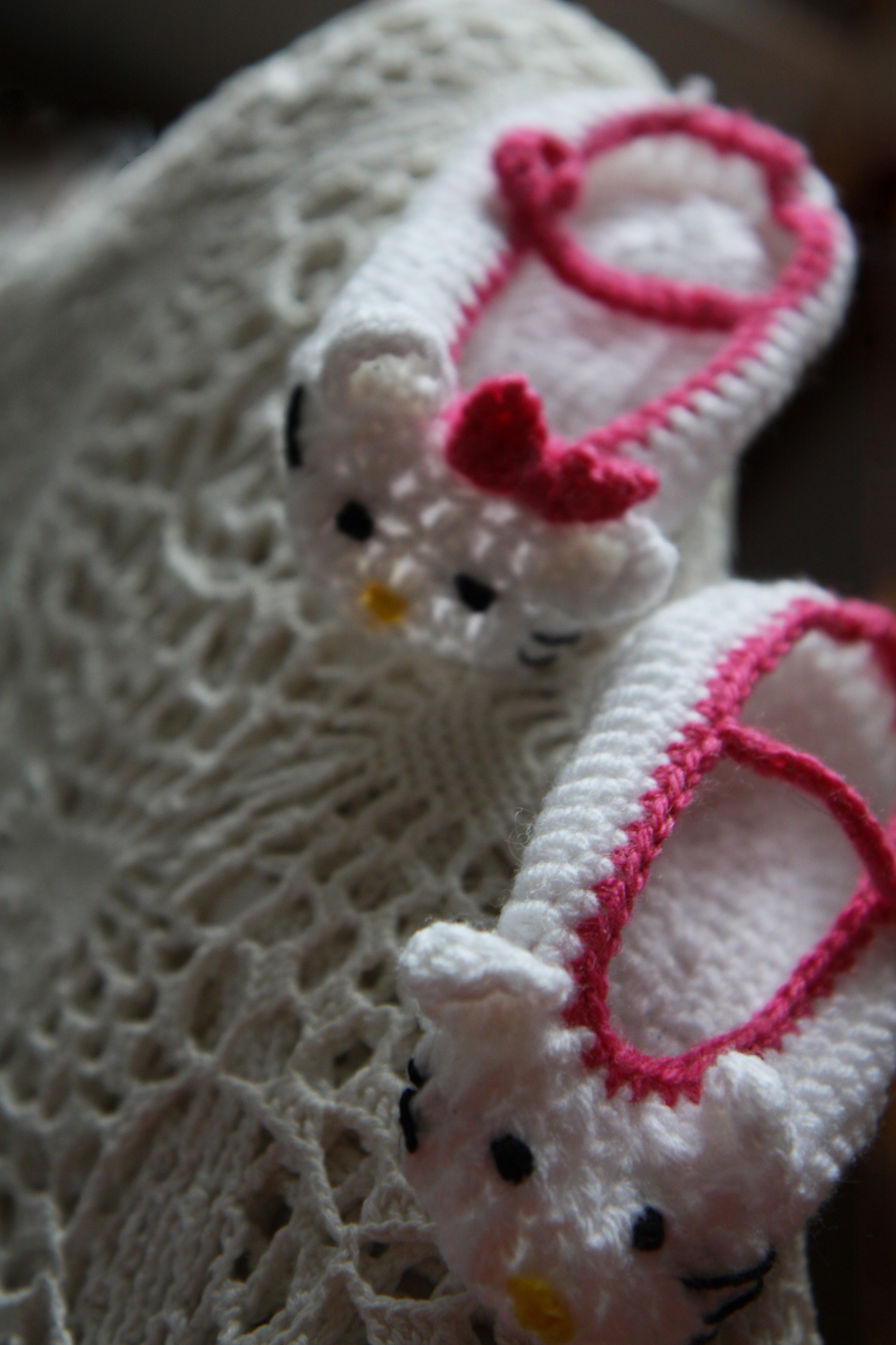 Crochet baby Hello Kitty shoes, free pattern! | Hooking you up with ...