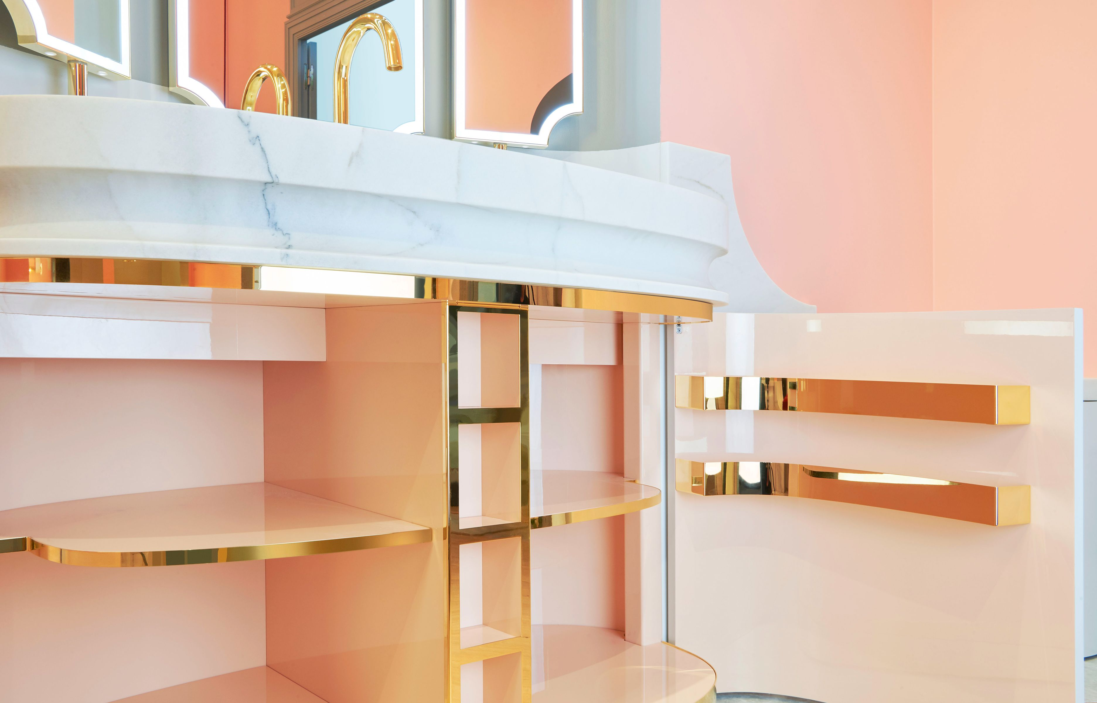 Le Couturier Alexis Mabille Rhabille La Salle De Bains Avec Images Salle De Bain Design Meuble Salle De Bain Mobilier De Salon