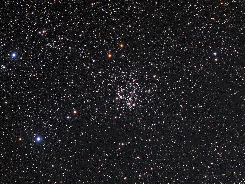 Cúmulo NGC 663 (C 10, Cr 20, Mel 11,OCL 333, Lund 55, H VI-31, GC 392). Es un pequeño cúmulo abierto en la constelación de Casiopea. Descubierto a finales del siglo XVIII por William Herschel. Se localiza de δ Cassiopeiae (Ruchbah). Tiene un centenar de miembros; las estrellas más brillantes se concentran en el lado norte. Las regiones de almacenamiento internos carecen de rastros de nubosidad. Es parte de la asociación OB Cas OB8.
