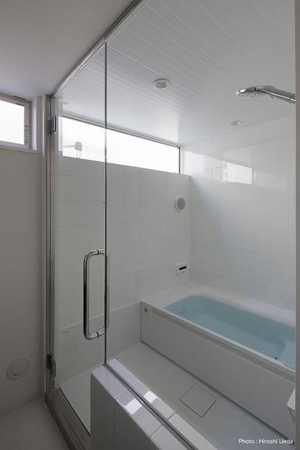 ハーフユニットバスと強化硝子ドアの組合わせ ユニットバス バスルームのインテリアデザイン 浴室 間取り