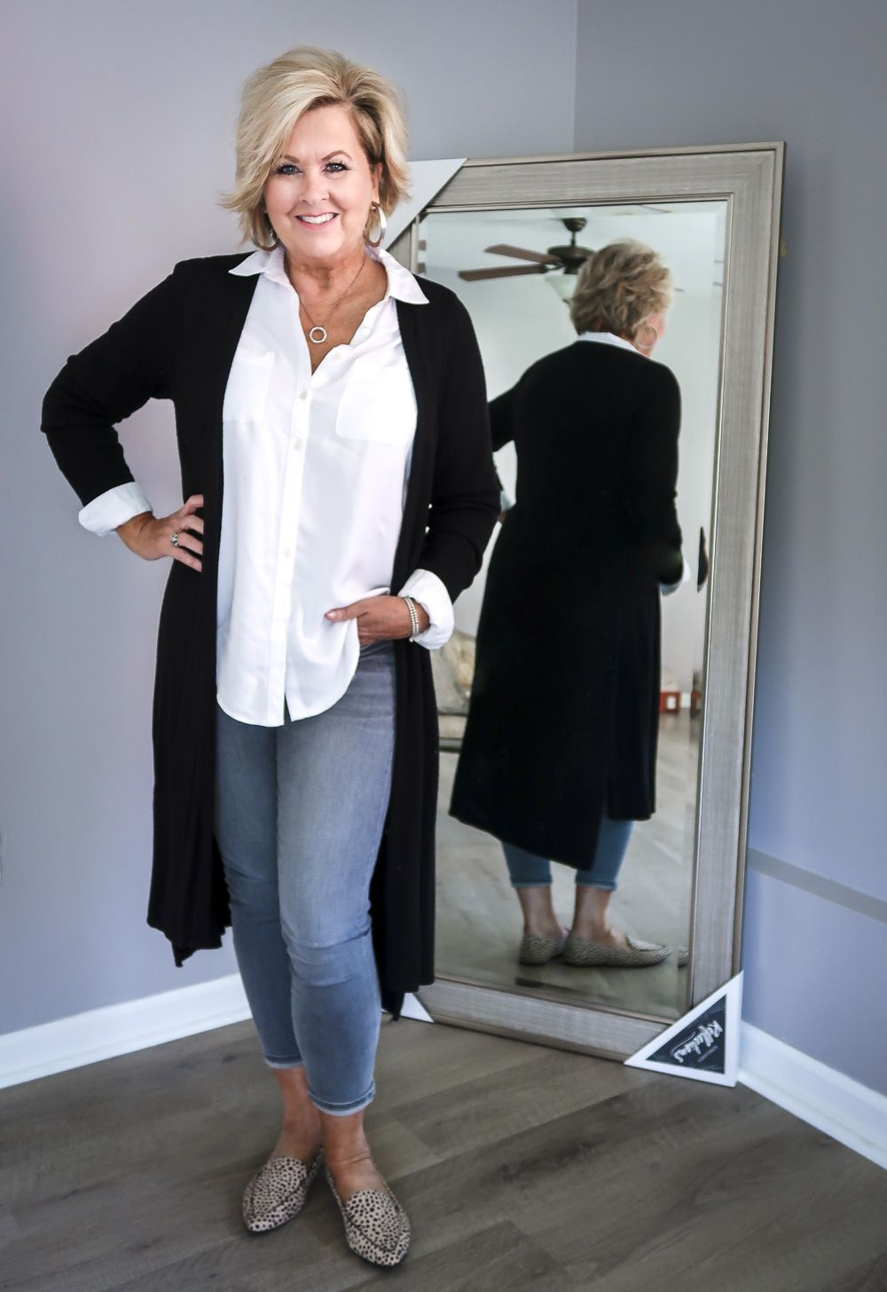 A Minimal And Classic Look For Staying At Home 50 Is Not Old In 2020 Fashion Casual Work Outfits Fashion Over 50