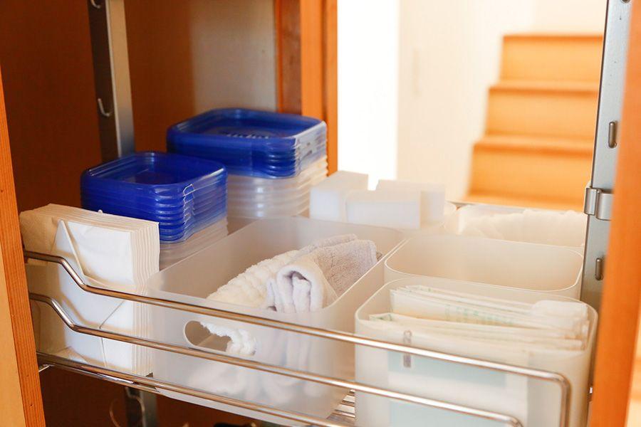 引き出し式のパントリー 台拭きや保存容器なども収納 保存容器はひとつの種類で揃えると収まりやすく見た目もすっきりする クローゼット 収納 リビング 収納棚 収納 アイデア