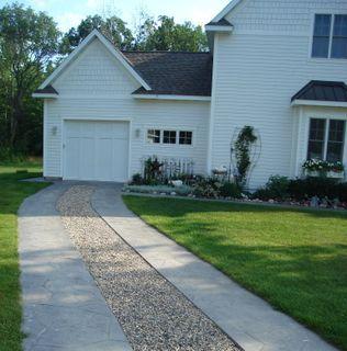 Unique and cheap way to spice up a driveway outside - Grava jardin barata ...