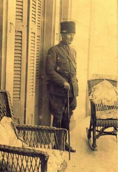 """1922'de İzmir'e giren Mustafa Kemal, büro olarak kullanacağı ve misafir kalacağı Uşakizadeler'e ait Göztepe'deki Köşke ulaşır.  Falih Rıfkı Atay Gaziyi, bu köşkün havası içinde şöyle anlatmaktadır:  """"Bir akşamüstü Buca'daki evimize uğradı:  '-Geceyi beraber geçireceğiz. Latife Hanım'ın evinde buluşacağız,' dedi.  """"Şehire birlikte indik. Odasına çıktı. Ve köşkün holü iyice kalabalık olunca, arkasında beyaz ipekten bir Rus gömleğiyle merdivenleri indi."""