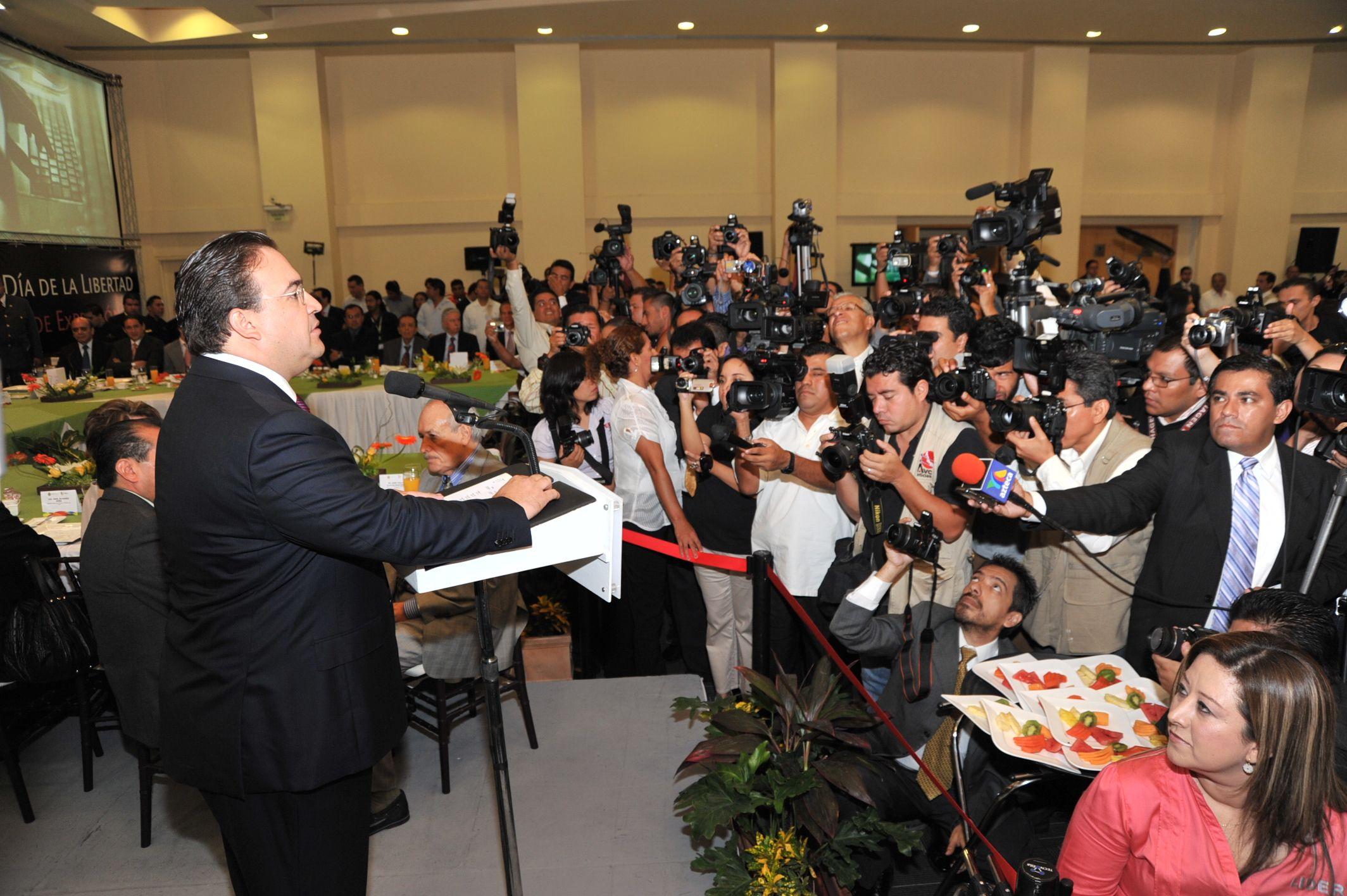 El mandatario veracruzano felicitó a comunicadores, directores, jefes de información, jefes de redacción, reporteros de radio, televisión, prensa escrita e internet y reconoció su esfuerzo y su contribución al desarrollo de Veracruz.