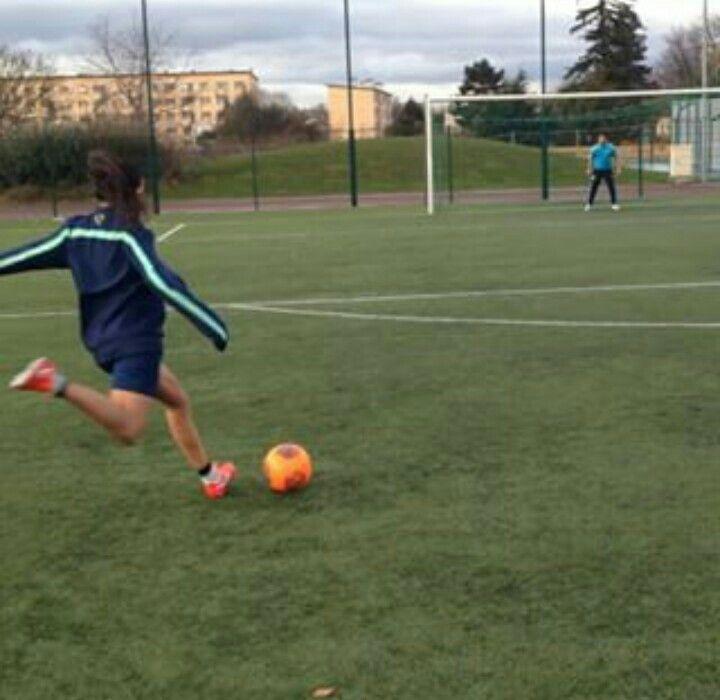 Una Mujer Enamora Cuando Sabe Jugar Futbol Ideas De Fotos