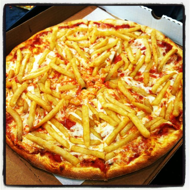 Patatosa Pizza With French Fries Believe It Or Not This Pizza Is Popular In Italy Italian Recipes Comfort Food Food