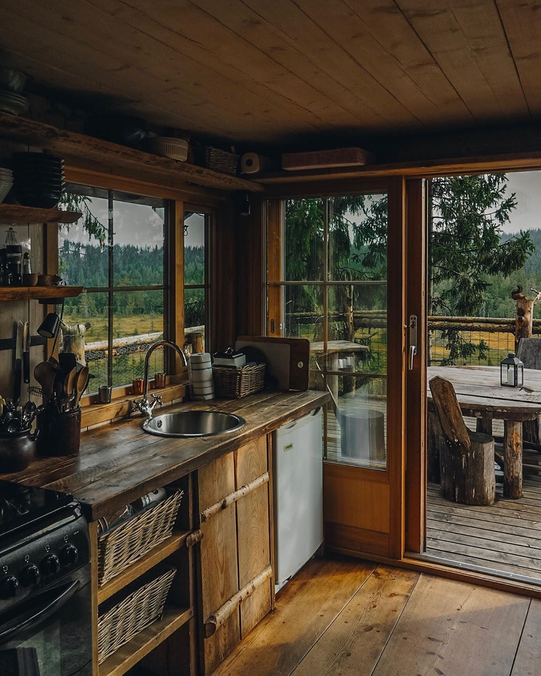 Photo of An exquisite kitchen in a cabin at Tretopphytter –…