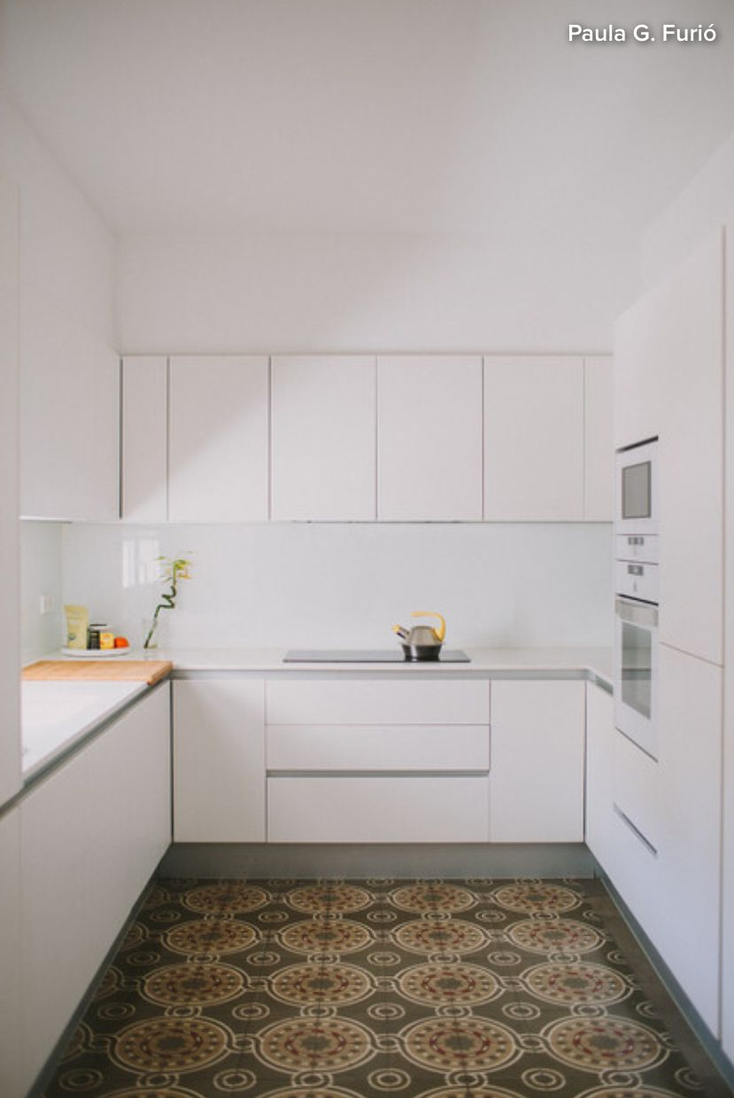 High Upper Cabinets Give Storage Without Being In Your Face In A Small Kitchen Cozinhas Pequenas Em Forma De U Layout De Cozinha Interior De Cozinha