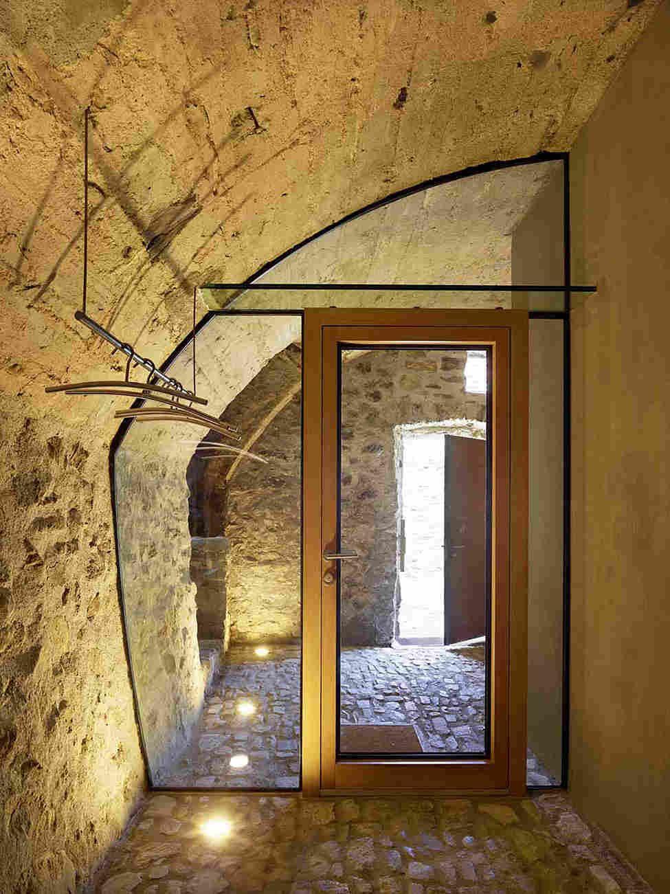 Dorf innenarchitektur Реконструкция каменного дома в швейцарской деревне  Архитектура
