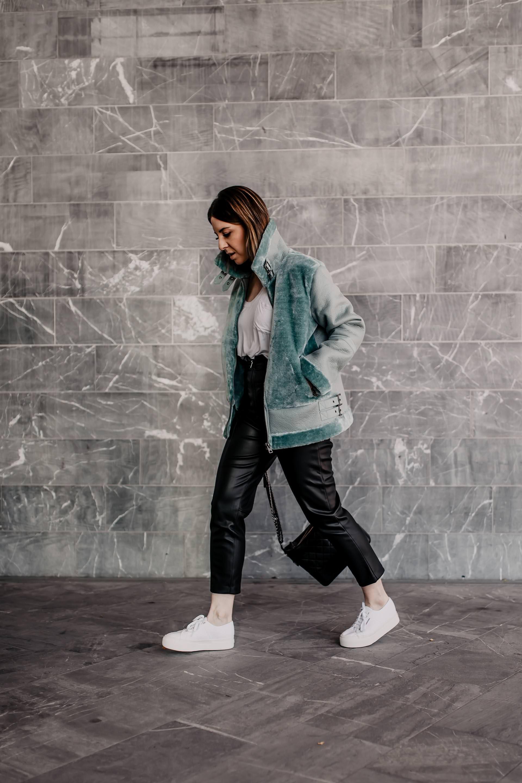 Styling Tipps: So kombiniere ich weiße Sneakers im Herbst