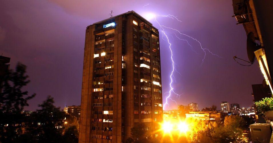 Raio atinge edifícios durante uma tempestade em Belgrado, na Sérvia