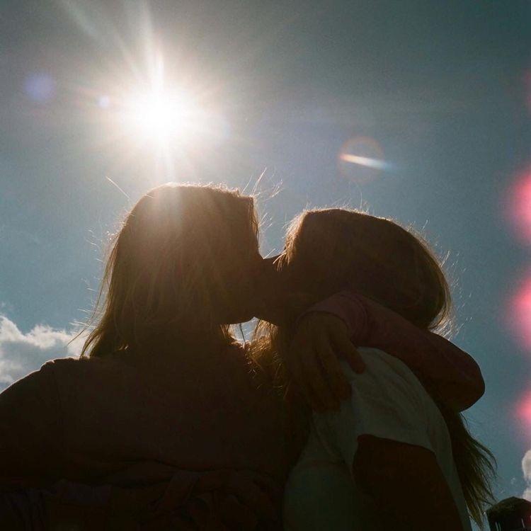 Dos adolescentes separadas por sus madres al enterarse que son novias