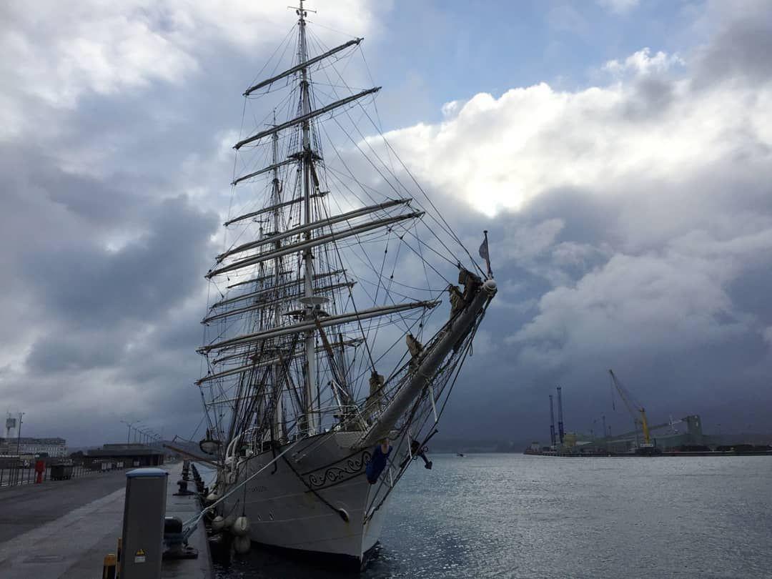 La Voz De Galicia En Instagram Atraca En A Coruña El Buque Escuela Noruego Christian Radich Un Velero De Tres Palos Y 83 Años De Sailing Ships Boat Sailing