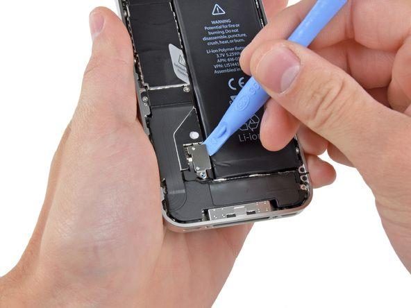 2. Brug et åbningsværktøj for at forsigtigt lirke batterikontakten op fra enderne nærmest toppen og den nederste kant af iPhone.