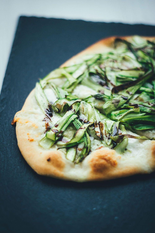 Pizza Bianca mit grünem Spargel, Büffelmozzarella und Knoblauch