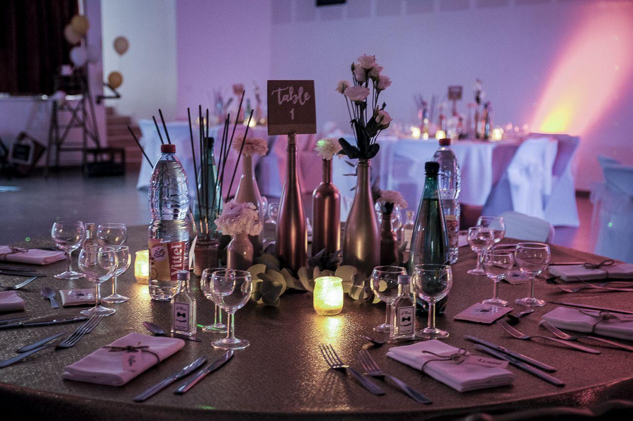 Table Ronde Mariage : Table D Honneur Avec Nappe En Lamé Or Deco Bronze,  Bouteilles
