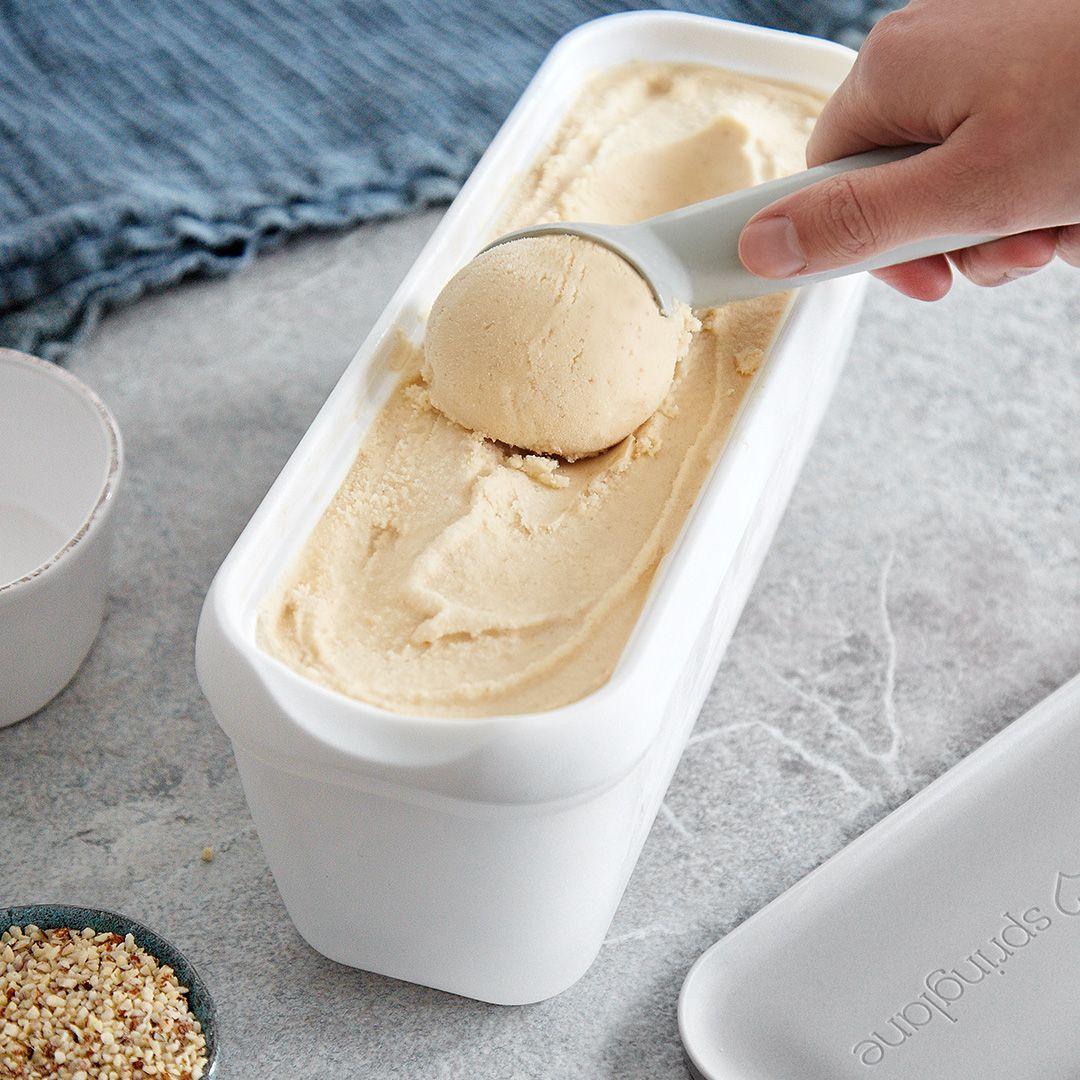 Eierlikör-Eis mit Himbeer-Sauce: eiskalter Schwips aus der Eismaschine