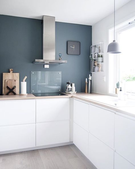 Mur gris bleu sur cuisine blanche   contraste Aménagement de la