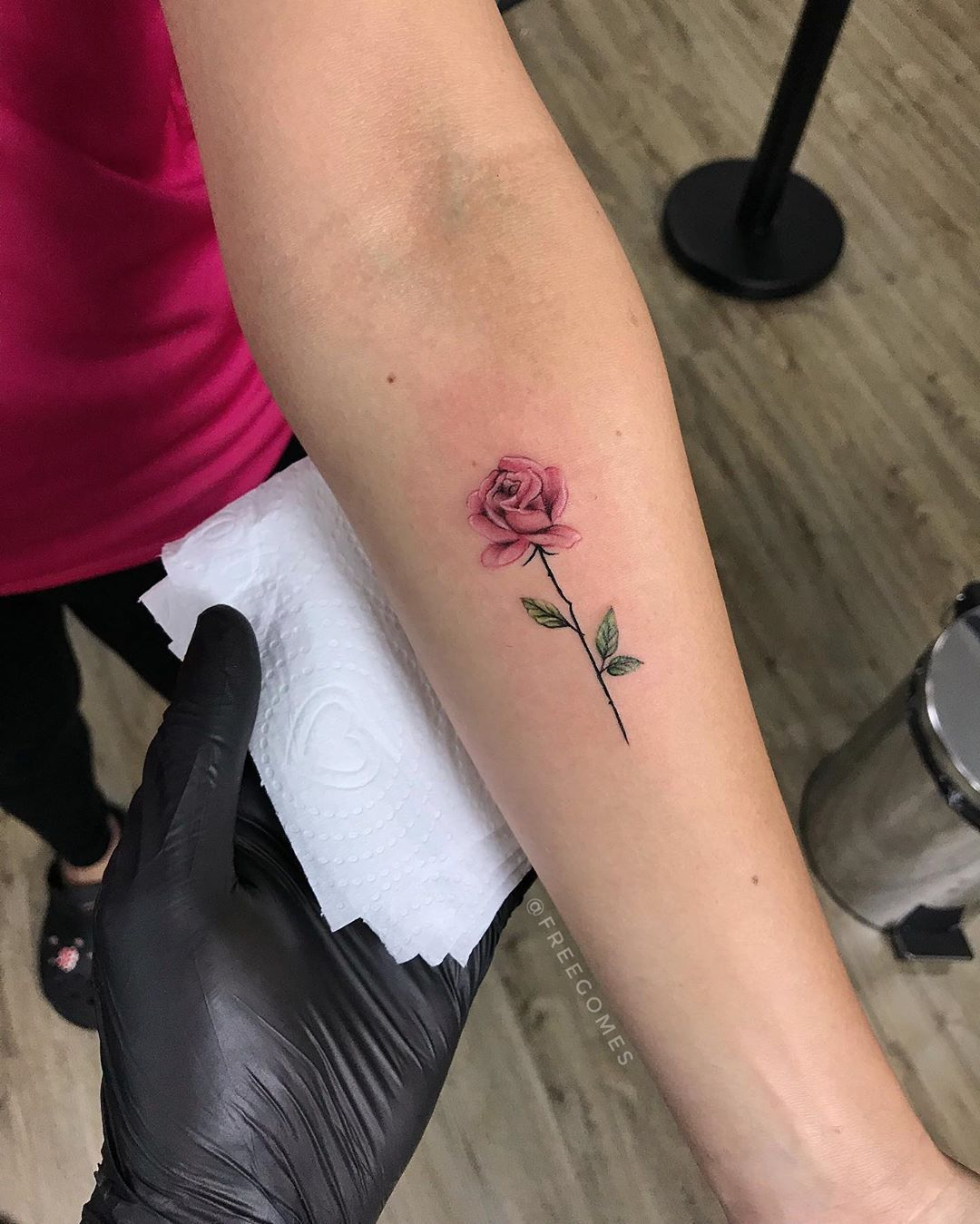 """Freegomes Tattoo Artist on Instagram: """"ROSA 🌹✨ Feita para a @tatymove_ Muito obrigado pela confiança! Para orçamento: (31) 98740.4608 #FreegomesTattoo . . . . . . #rosa #art…"""""""