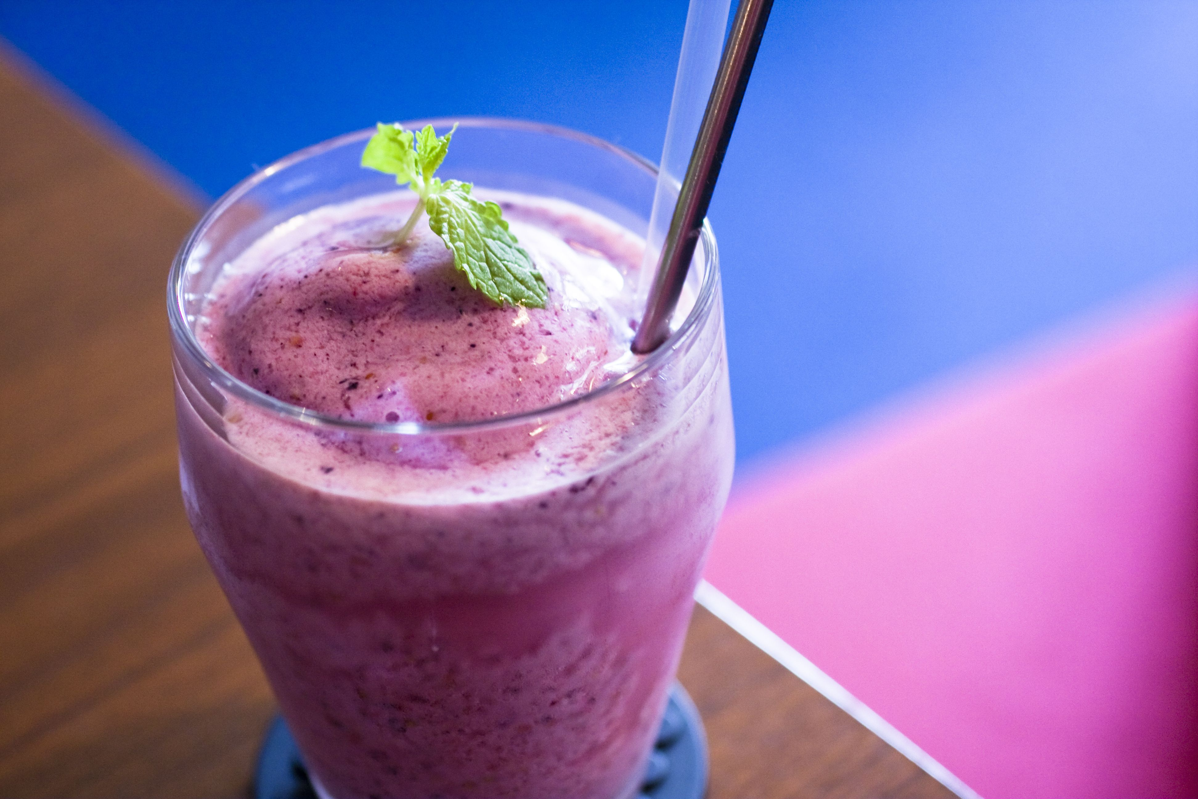 You have a massive smoothie and still feel hungry soon after. Whats up with that? Experts explain and offer awesome tips for more filling smoothies.