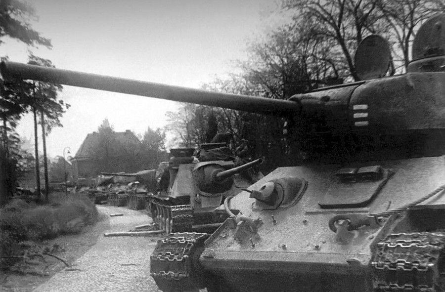 Танки Т-34-85 и САУ СУ-85 на улице берлинского района ...
