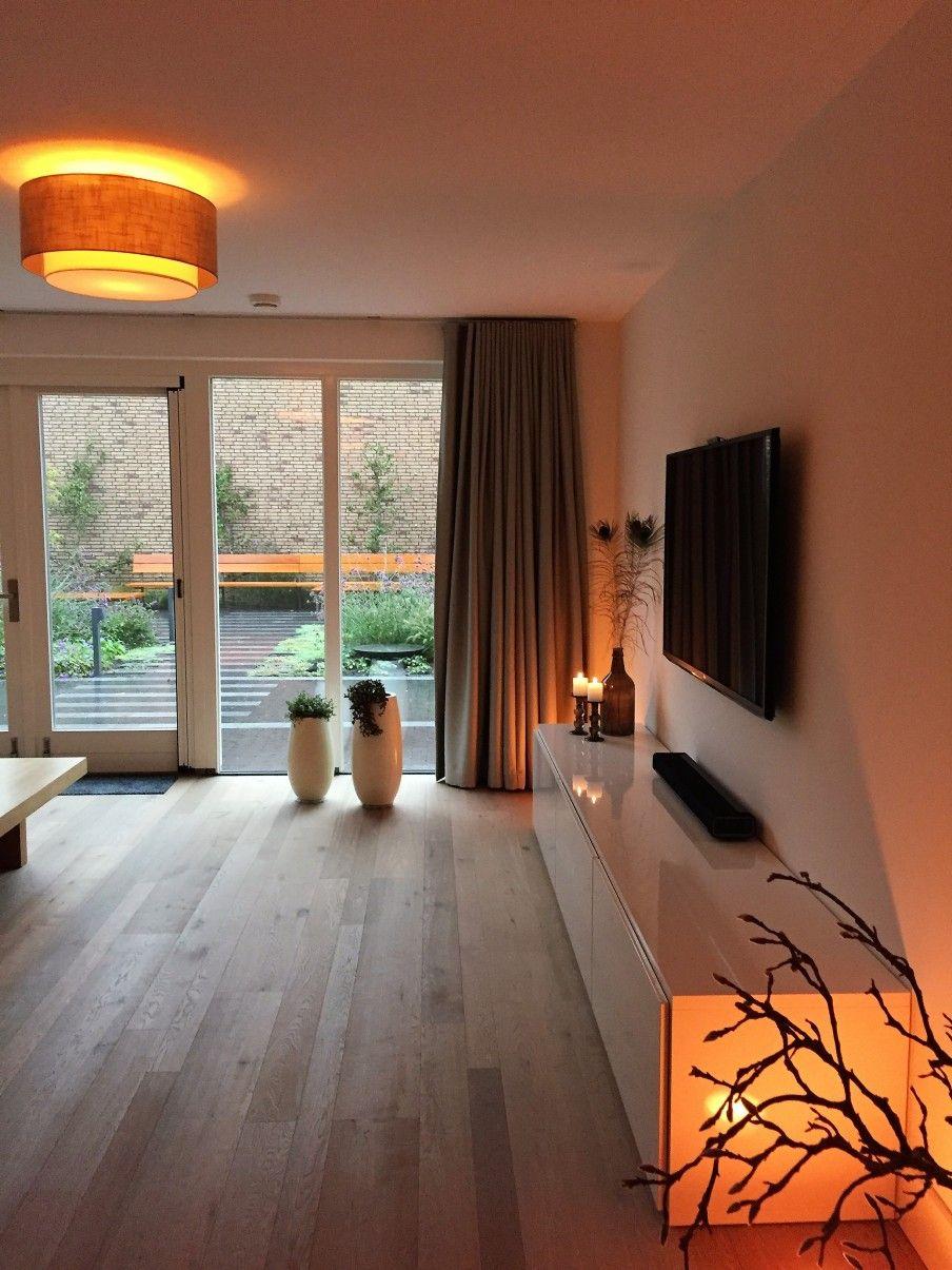 woonkamer - De woonkamer met openslaande tuindeuren is heerlijk ruim ...