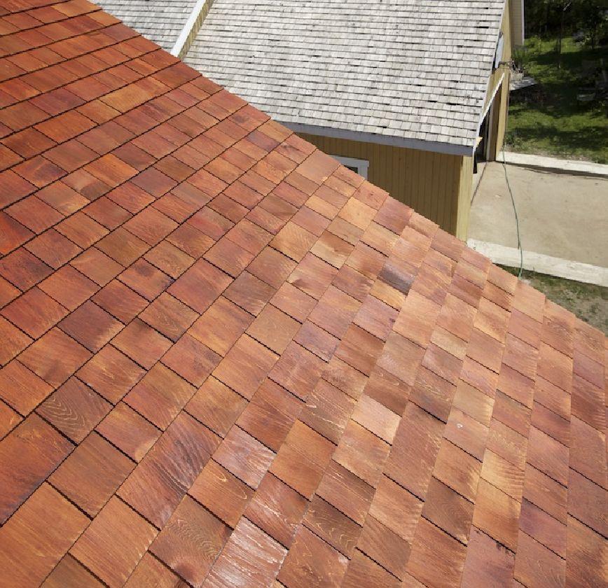 Voici une toiture de bardeau de c dre prot g avec notre for Couleur crepi exterieur