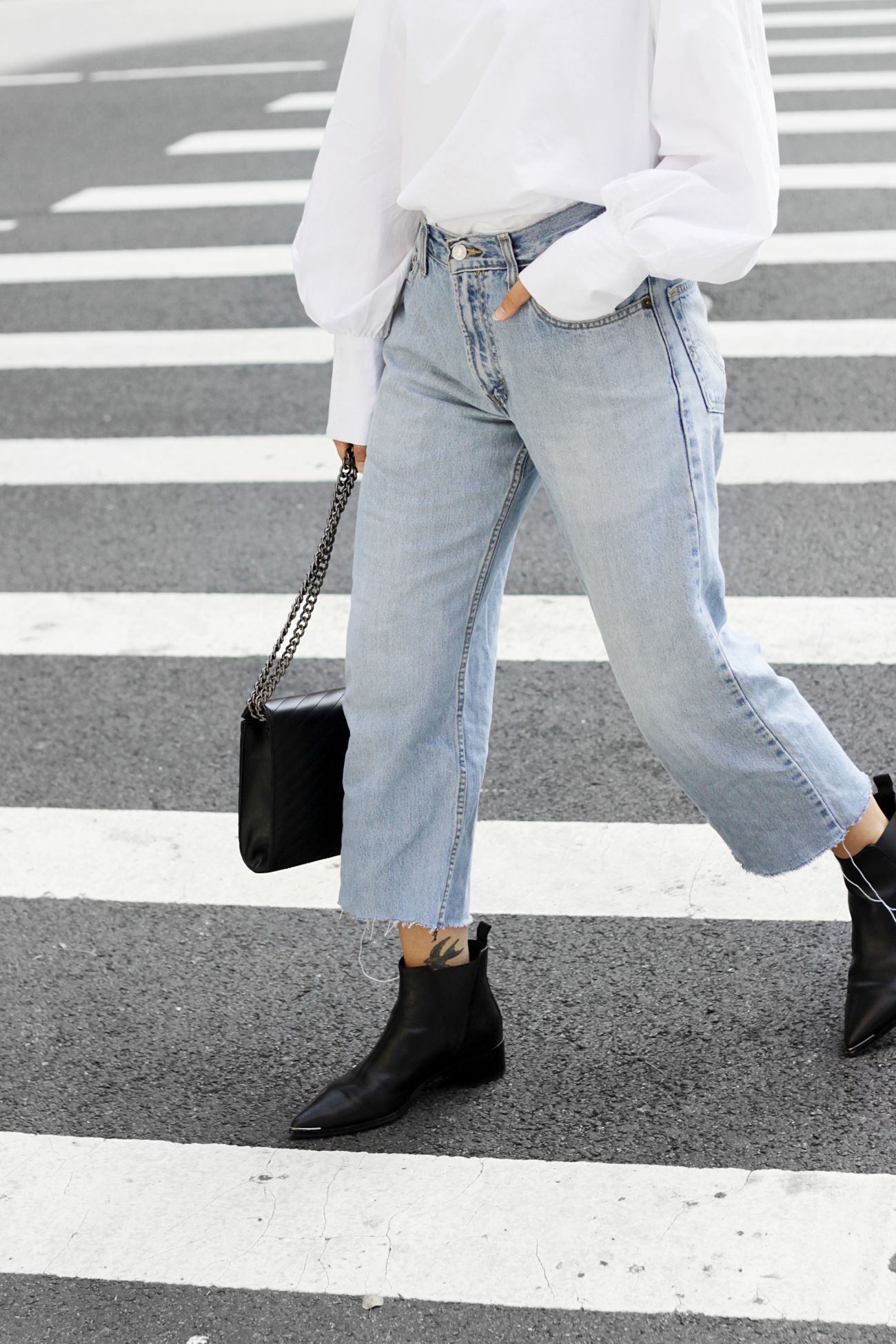NYC streetstyle: Levis Vintage High Waist, Acne Studios Jensen Boots and Moss Copenhagen Bag.